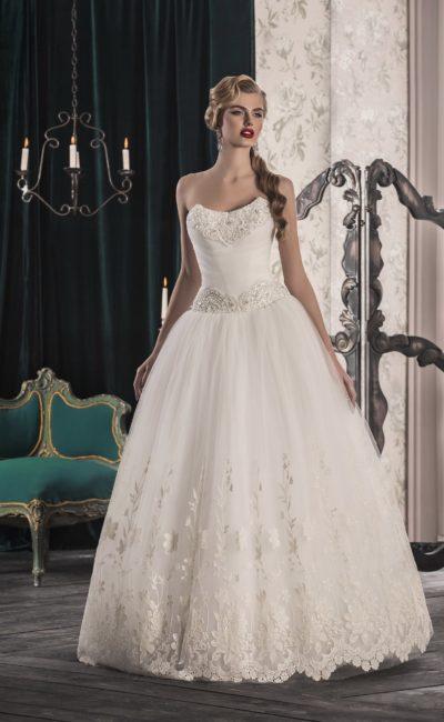 Открытое свадебное платье пышного кроя с вышивкой по корсету и кружевным подолом.