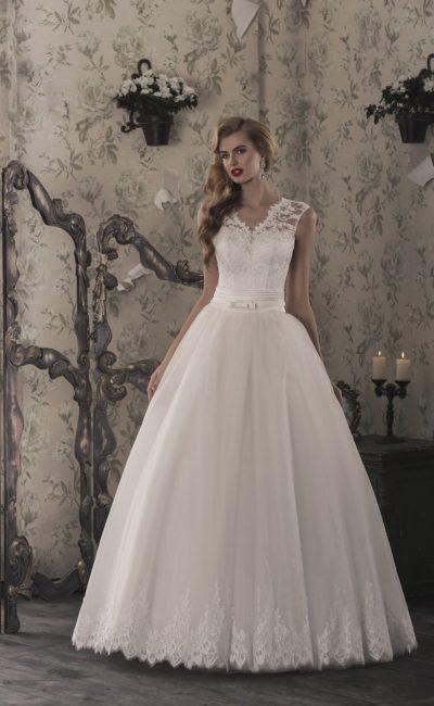 Великолепное свадебное платье с фигурным декольте и широкими кружевными бретелями.
