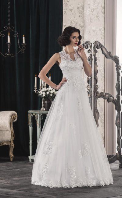 Изящное свадебное платье с фигурным V-образным вырезом и многослойным подолом.