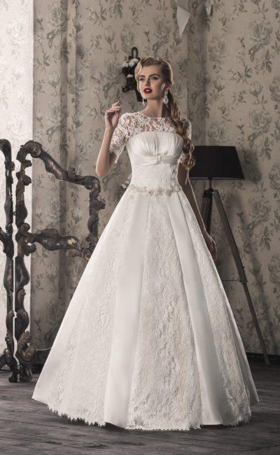 Кружевное свадебное платье «принцесса» с бисерным поясом и короткими рукавами.