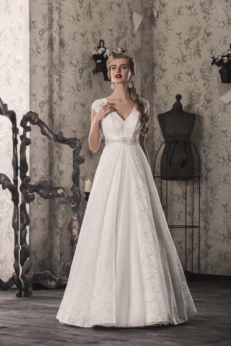 Свадебное платье «принцесса» с V-образным вырезом, обрамленным широкими бретелями.
