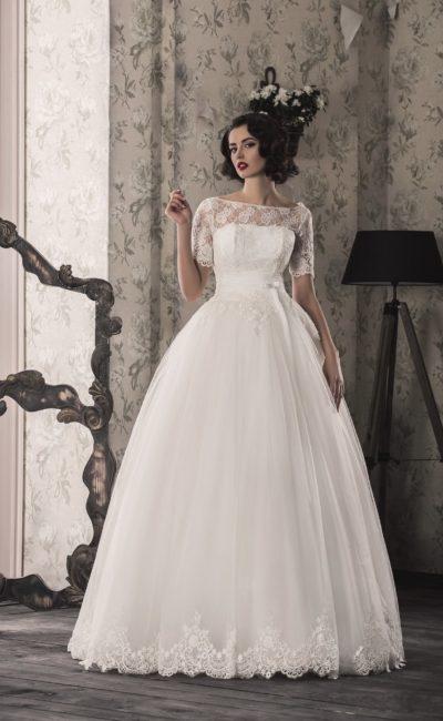 Пышное свадебное платье с широким поясом на талии и короткими кружевными рукавами.
