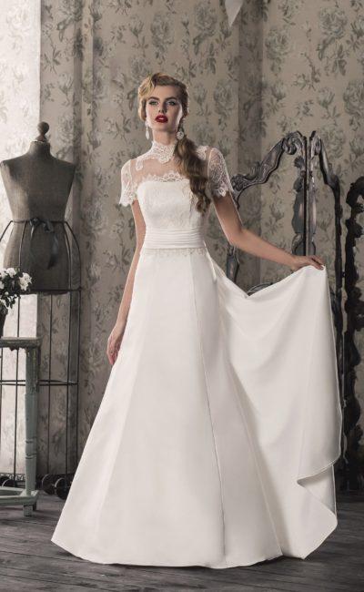 Изысканное свадебное платье «принцесса» с атласной юбкой и высоким кружевным воротником.