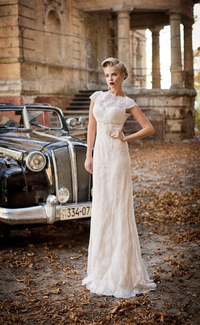 Ампирное свадебное платье с бисерным поясом и короткими кружевными рукавами.
