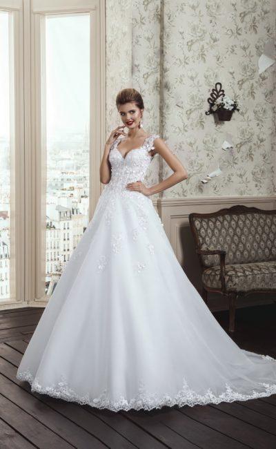 Романтичное свадебное платье «принцесса» с объемной отделкой корсета и широкими бретелями.
