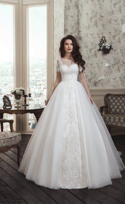 Торжественное свадебное платье с многослойной юбкой и короткими кружевными рукавами.