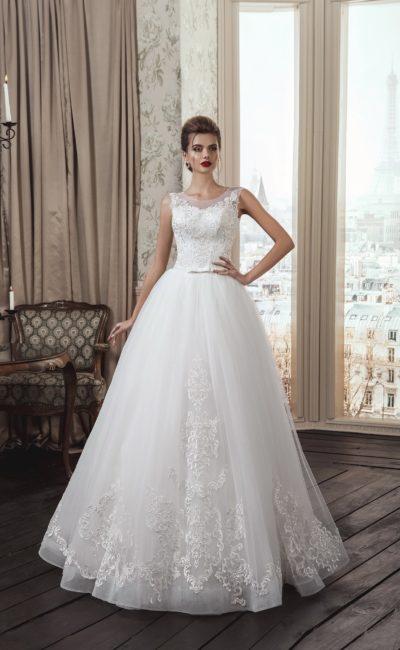 Пышное свадебное платье с закрытым верхом и нежной кружевной отделкой по низу подола.