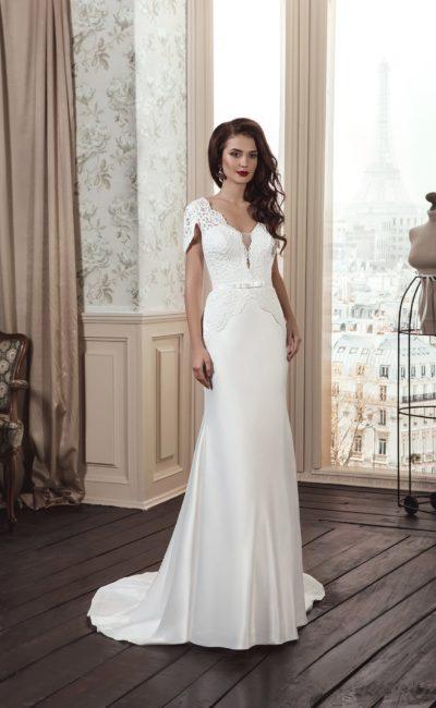 Прямое свадебное платье с кружевной отделкой корсета и короткими рукавами фигурного кроя.