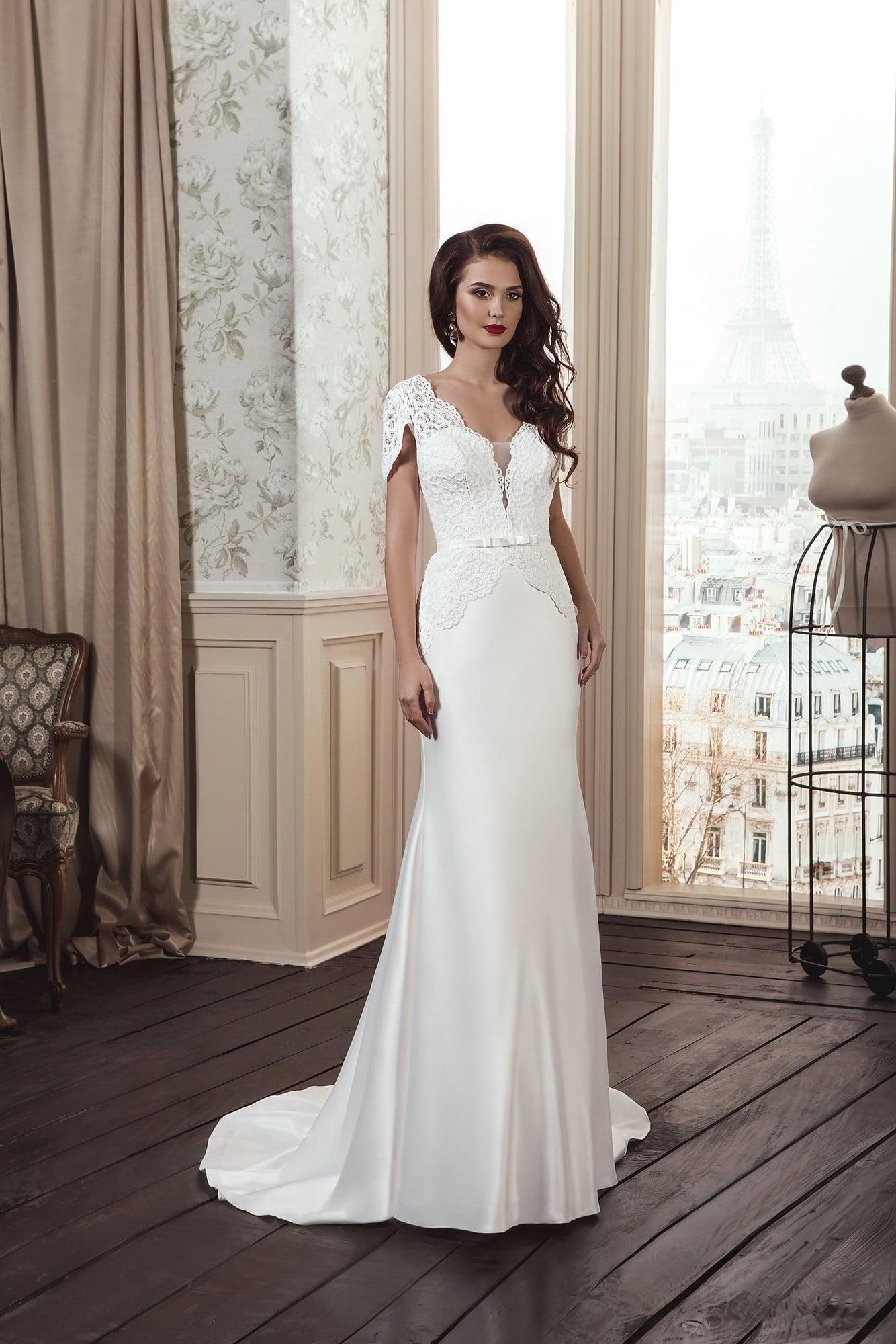 575647217f9 Прямое свадебное платье с кружевной отделкой корсета и короткими рукавами  фигурного кроя.