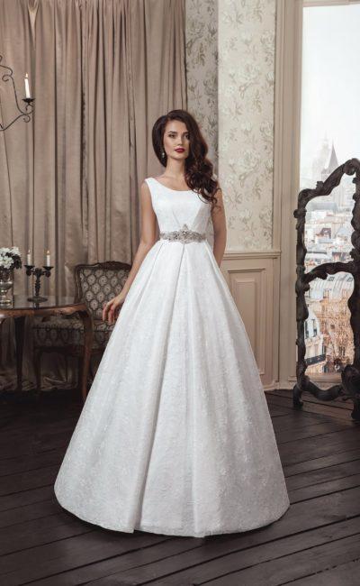 Элегантное свадебное платье из плотной атласной ткани, с вырезом «лодочка» и широкими бретелями.