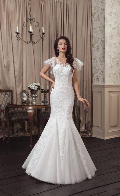 Эксцентричное свадебное платье «русалка» с пышными многослойными рукавами из тонкой ткани.