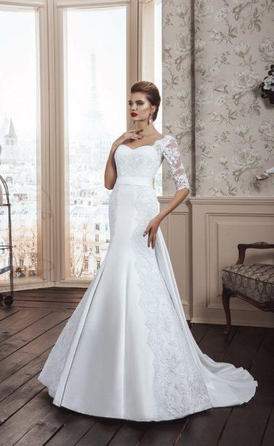 Атласное свадебное платье женственного кроя «рыбка» с кружевными рукавами до локтя.