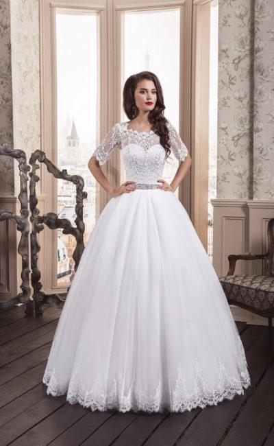 Пышное свадебное платье с фигурным вырезом и облегающими полупрозрачными рукавами.