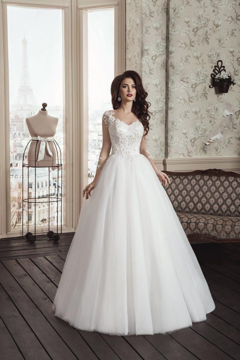 Пышное свадебное платье с кружевным корсетом и полупрозрачной вставкой на спинке.