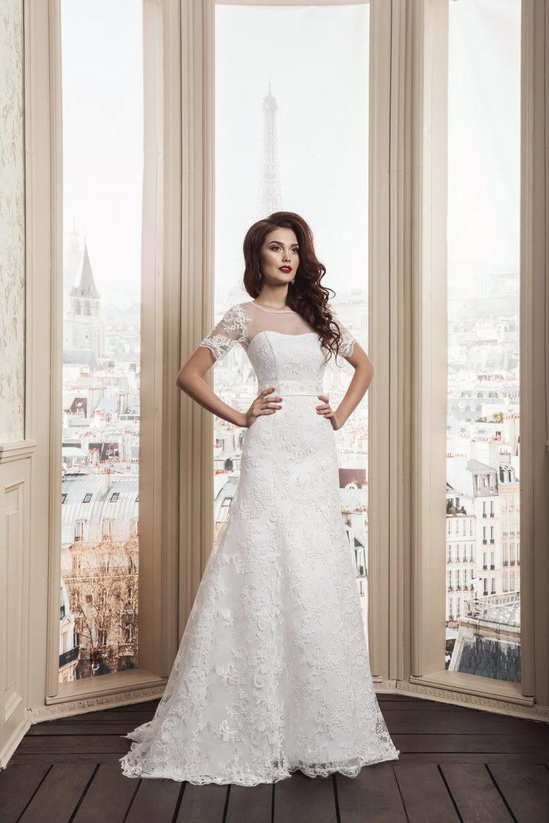 Закрытое свадебное платье утонченного кроя с полупрозрачной вставкой над лифом и коротким рукавом.