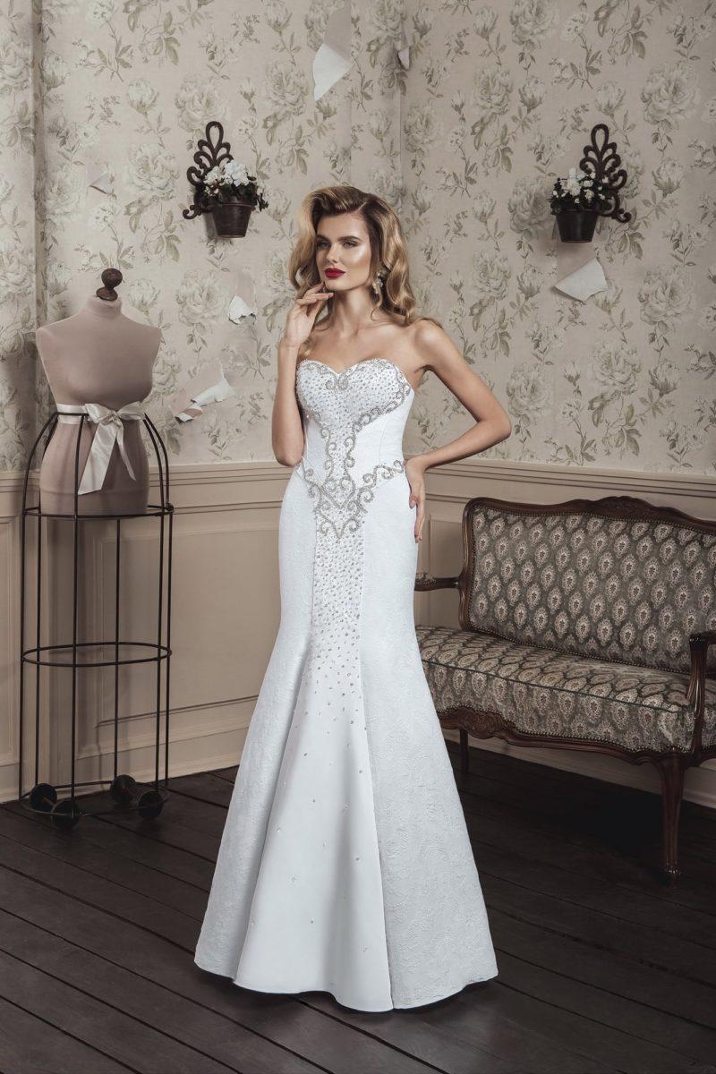 Свадебное платье «рыбка» с открытым лифом в форме сердца и серебристой вышивкой на корсете.