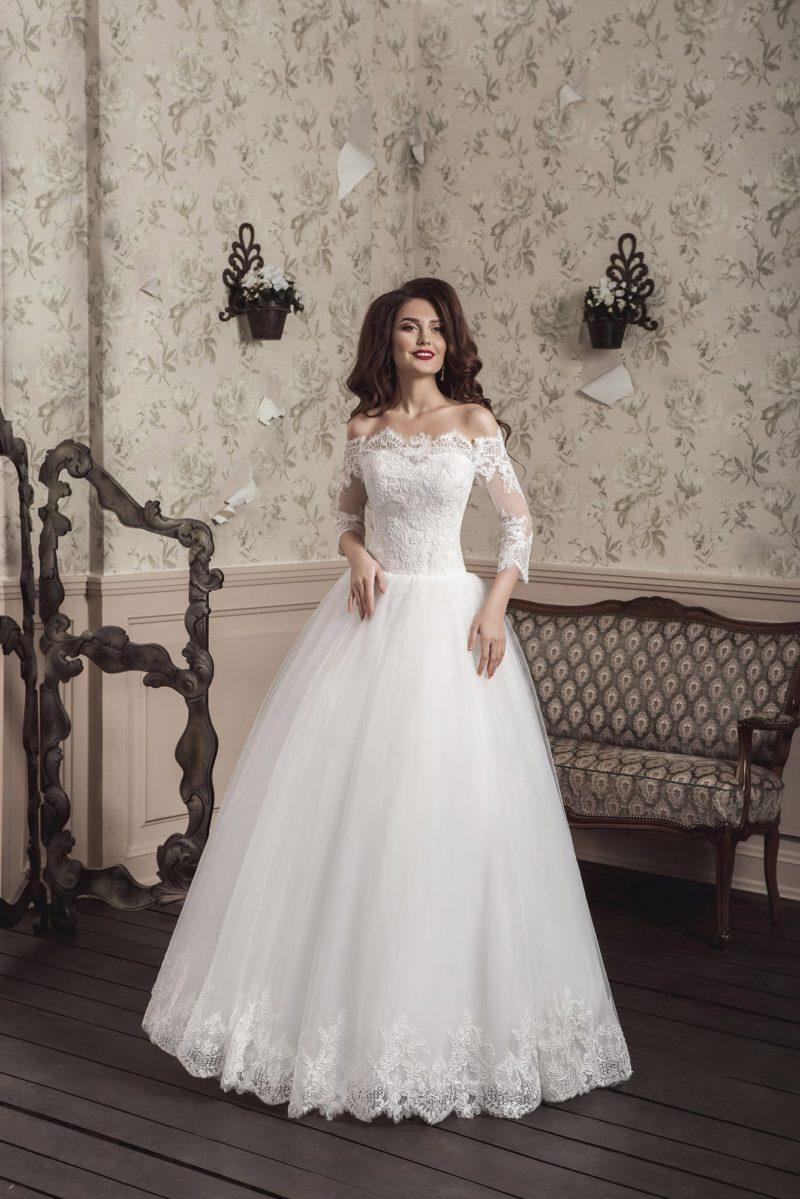 Свадебное платье с кружевным портретным декольте и пышной многослойной юбкой.