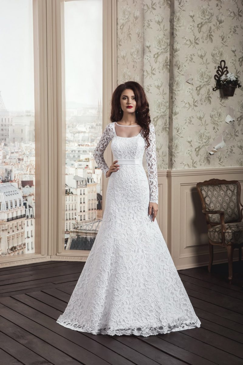Кружевное свадебное платье «рыбка» с изящным атласным поясом на талии.