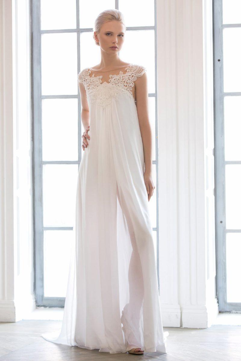 Оригинальное свадебное платье в ампирном стиле с кружевной отделкой лифа и разрезами на юбке.