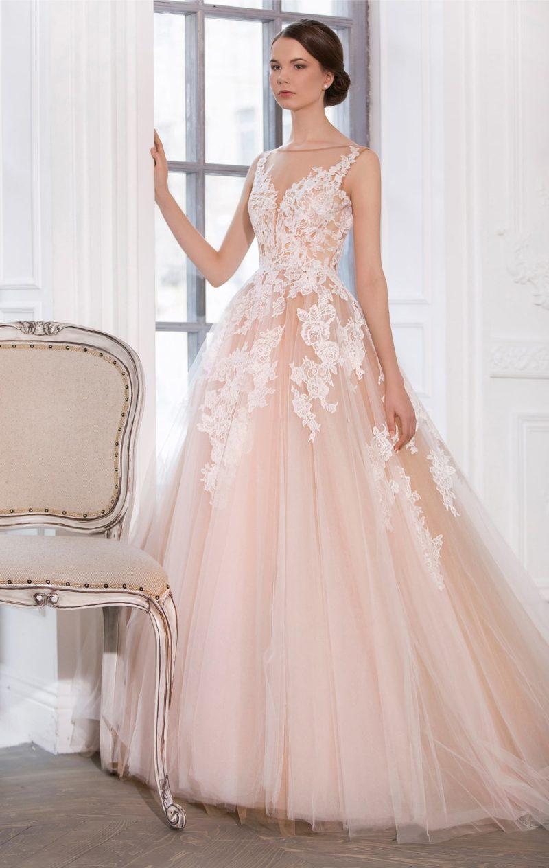 Персиковое свадебное платье «трапеция» с глубоким V-образным декольте, украшенным кружевом.