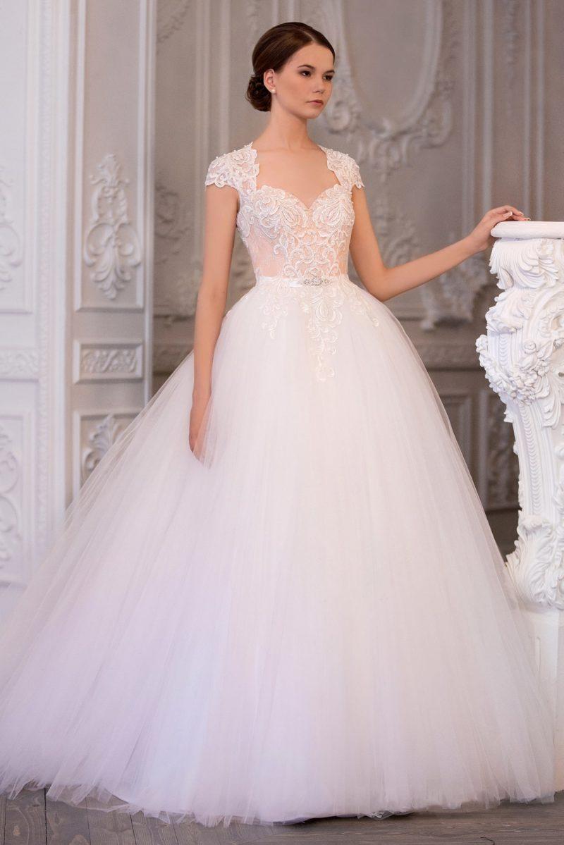 Великолепное свадебное платье с корсетом пудрового цвета, украшенны кружевными аппликациями.