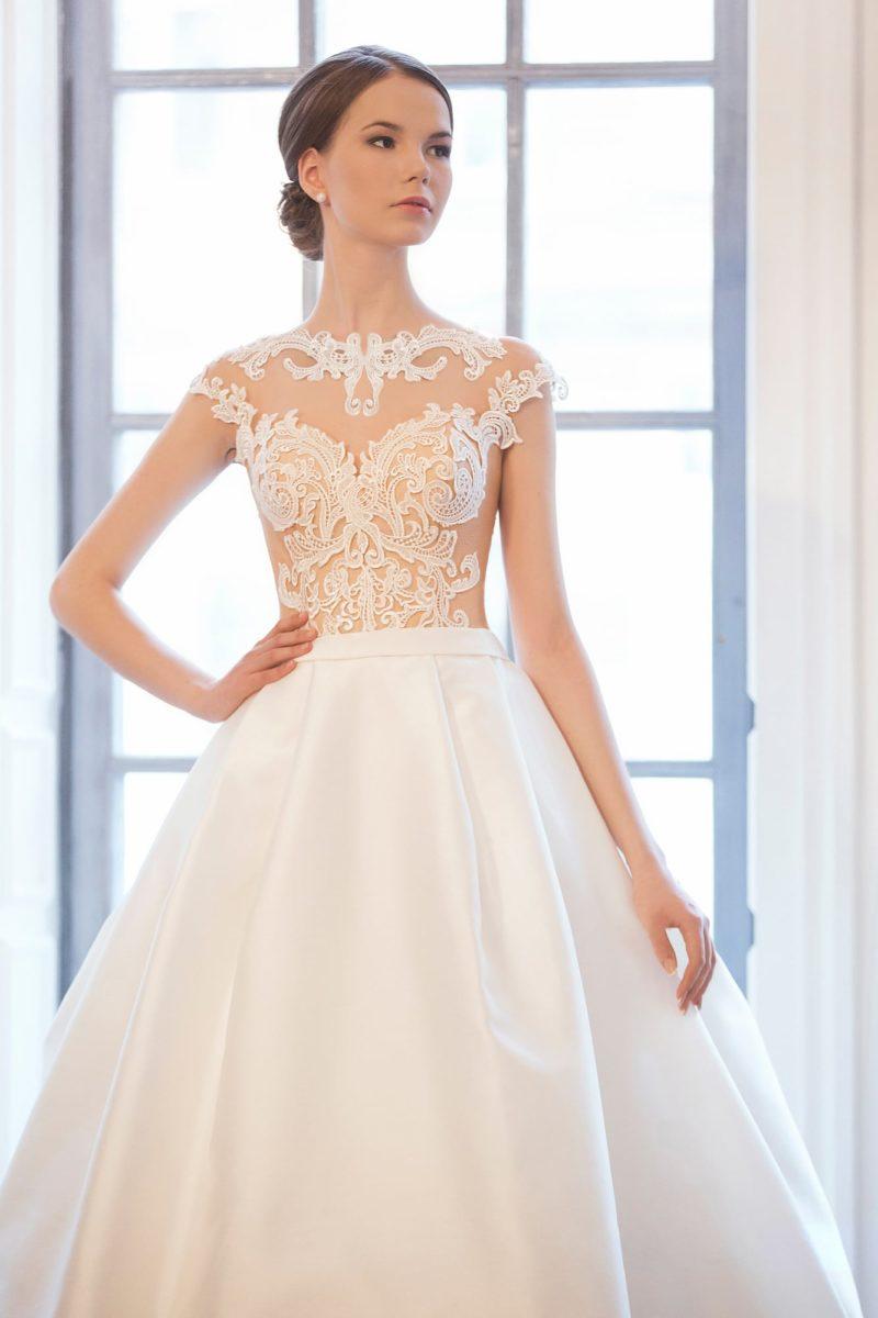 Соблазнительное свадебное платье с пышной атласной юбкой и верхом с кружевными аппликациями.