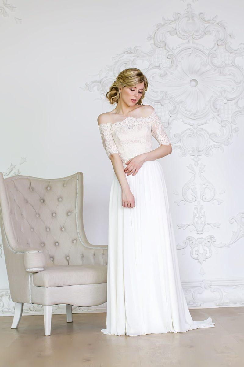 Изысканное свадебное платье с открытым кружевным лифом и стильной юбкой со шлейфом.