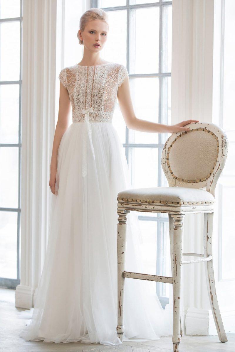 Стильное свадебное платье «колонна» с верхом, покрытым плотным кружевом с мелким узором.
