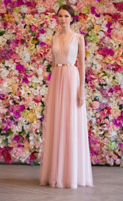 Розовое свадебное платье прямого силуэта с деликатными V-образными вырезами на лифе и сзади.