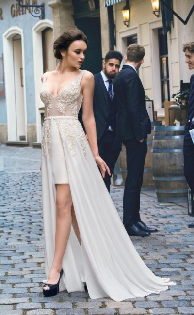 Свадебное платье с V-образным вырезом на лифе и таким же – на спинке, а также с двойной юбкой.