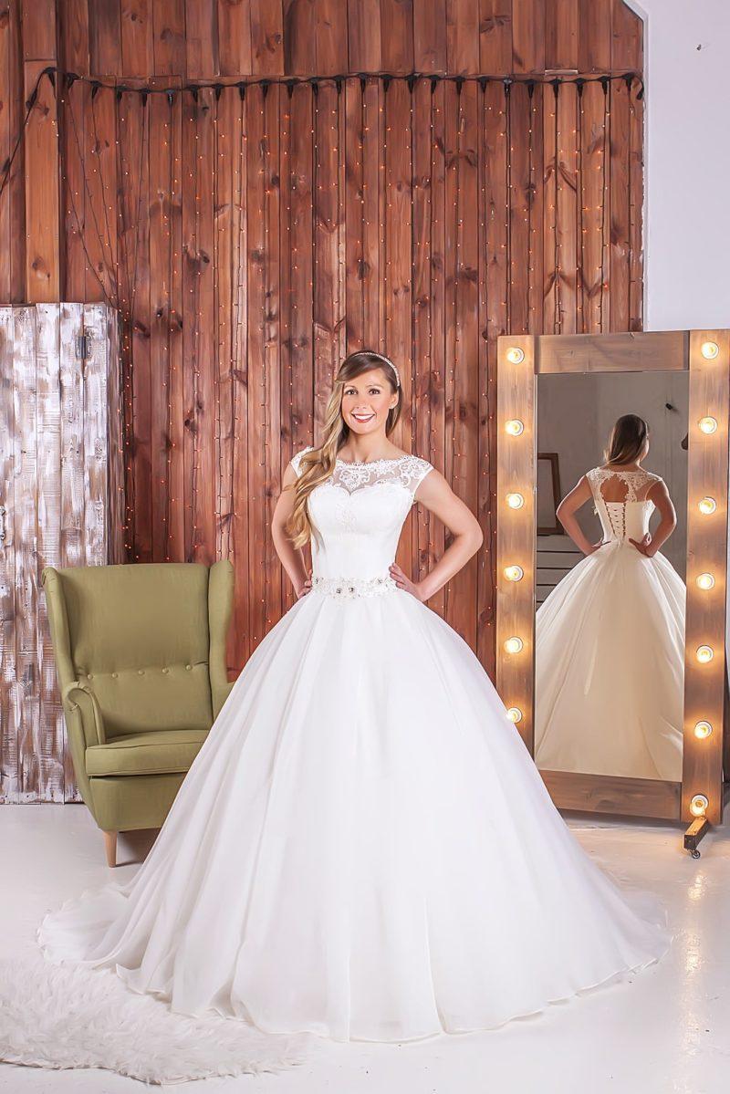 Романтичное свадебное платье с пышным силуэтом, кружевной отделкой лифа и вышитым поясом.