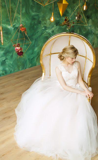 Утонченное свадебное платье с бежевой подкладкой на корсете и широкими бретельками.
