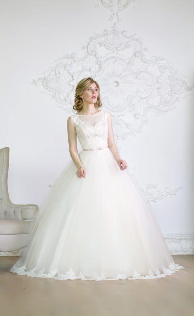 Пышное свадебное платье с кружевным облегающим верхом и полупрозрачной отделкой лифа.
