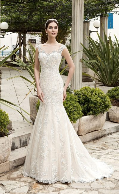 Фактурное свадебное платье облегающего кроя, с полупрозрачным закрытым верхом и ажурной спинкой.