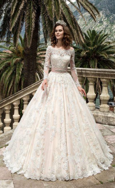 Свадебное платье с цветной подкладкой, широким атласным поясом и фигурным портретным вырезом.