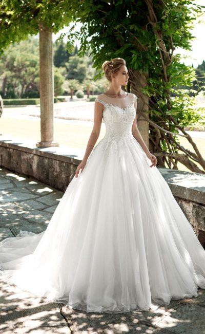 Великолепное свадебное платье с торжественным силуэтом и открытой спинкой.