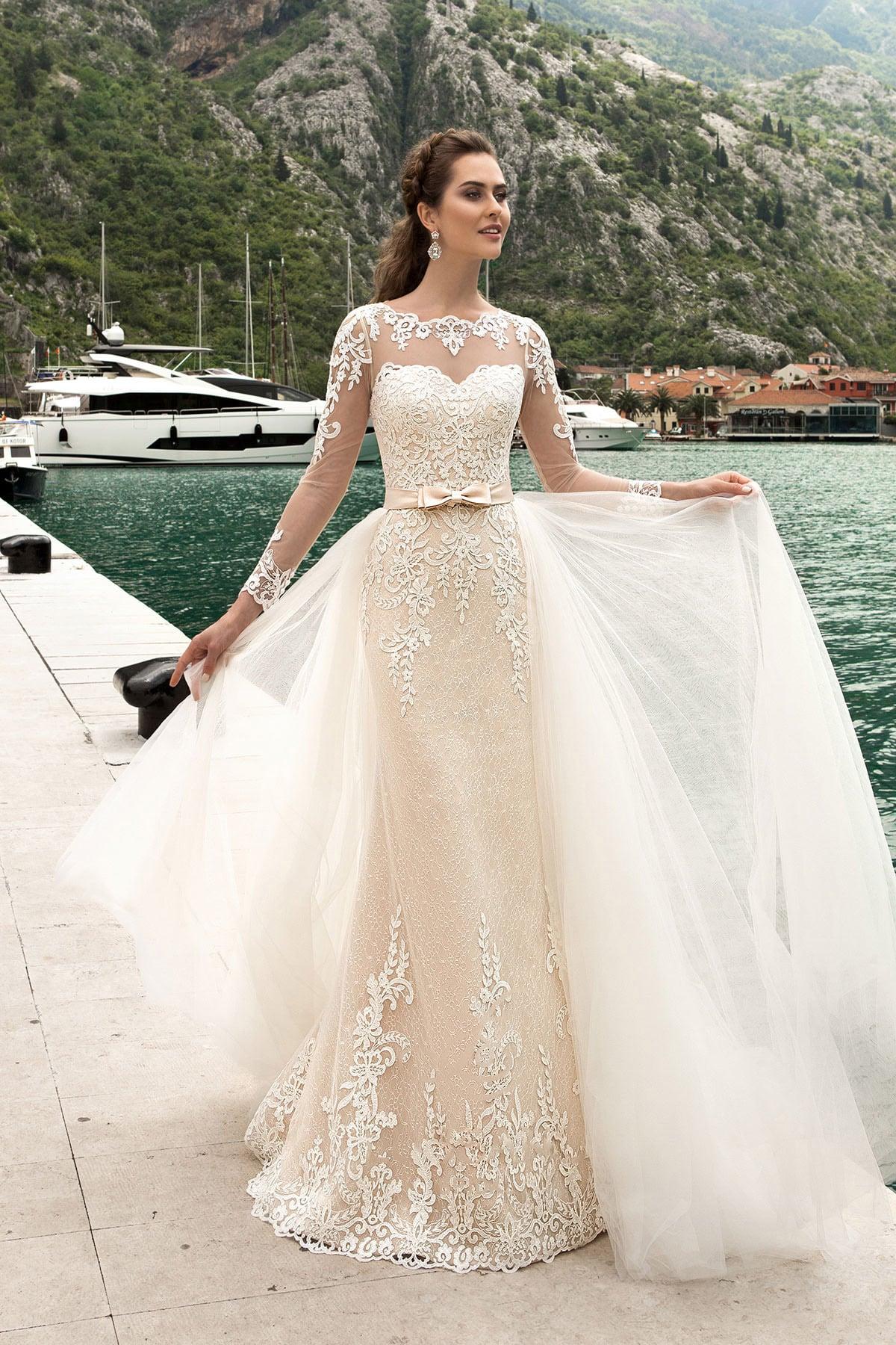 26343d8c73d8a5 Свадебное платье «русалка» с закрытым верхом, длинным рукавом и роскошной  верхней юбкой.