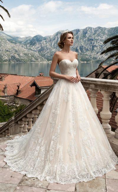Стильное свадебное платье «принцесса» с кружевной отделкой и открытым лифом в форме сердца.