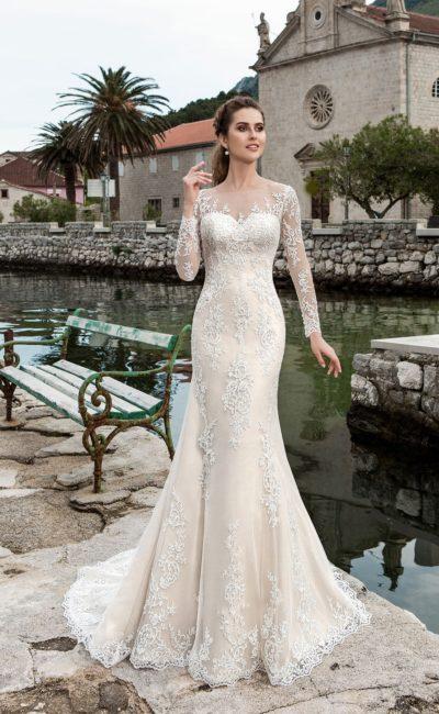 Свадебное платье «русалка» с подкладкой цвета слоновой кости и изысканным длинным рукавом.