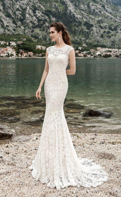 Свадебное платье, полностью покрытое кружевом, с высоким вырезом и юбкой «русалка».