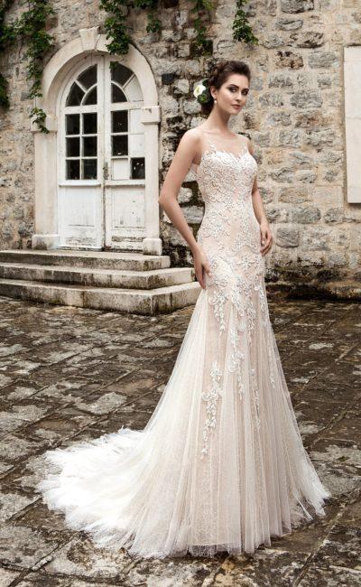 Кружевное свадебное платье облегающего кроя с нежной многослойной юбкой с небольшим шлейфом.