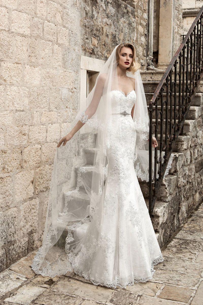 Атласное свадебное платье с открытым лифом-сердечком и фактурной кружевной отделкой.