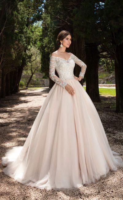 Нежное свадебное платье с шикарным портретным декольте и облегающими кружевными рукавами.