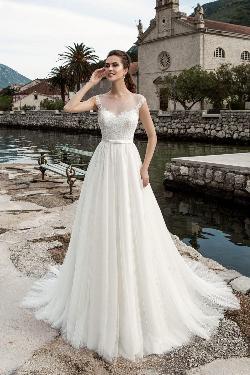 Классическое свадебное платье с многослойным подолом и кружевным корсетом с узким поясом.