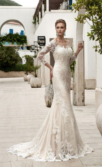 Бежевое свадебное платье с открытой спинкой и кружевной юбкой «русалка» с длинным шлейфом.