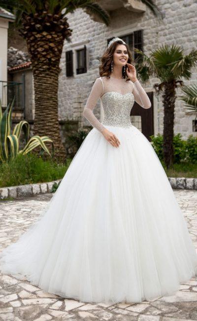 Пышное свадебное платье с прозрачными рукавами прямого кроя и бисерной вышивкой на корсете.