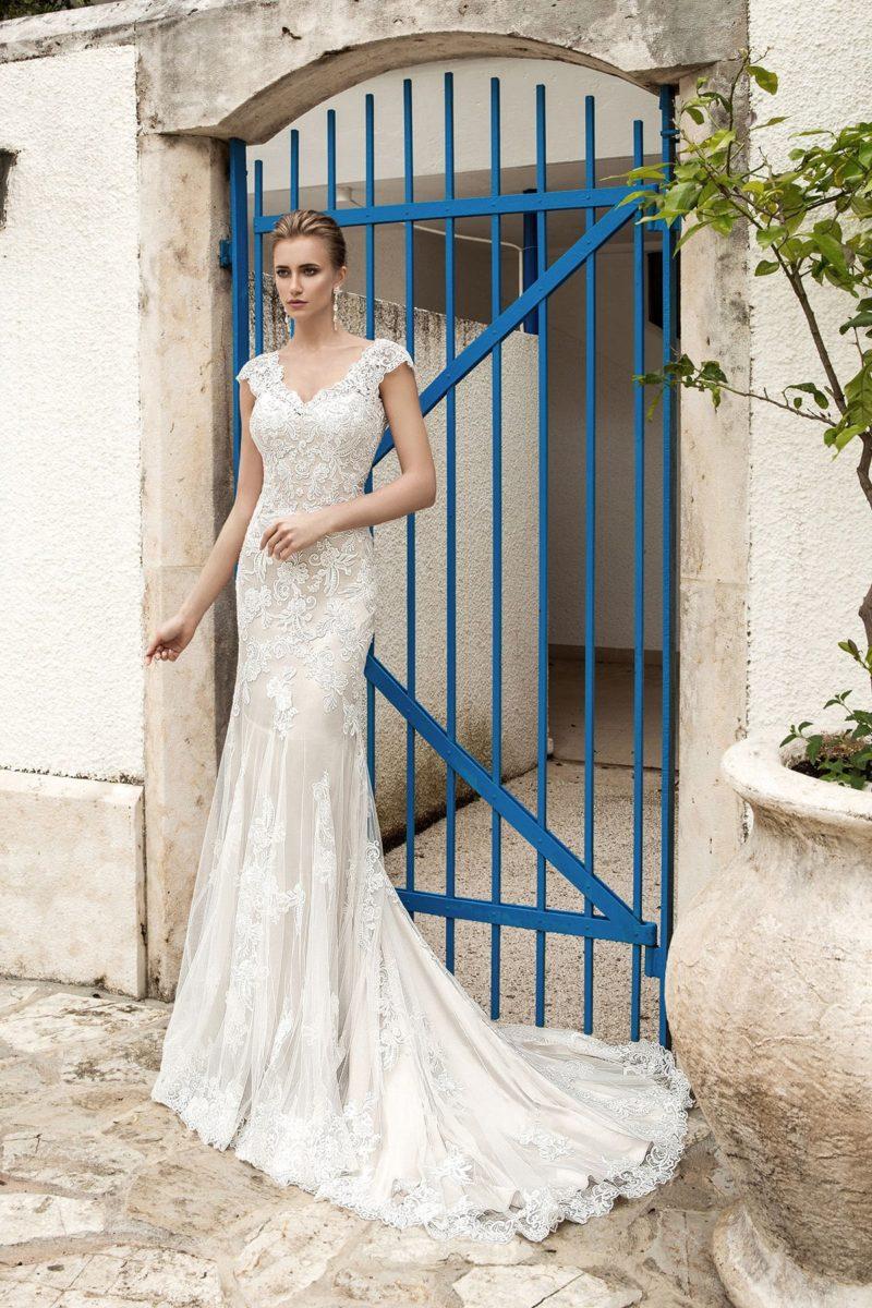 Прямое свадебное платье с кружевным V-образным вырезом, коротким рукавом и длинным шлейфом.