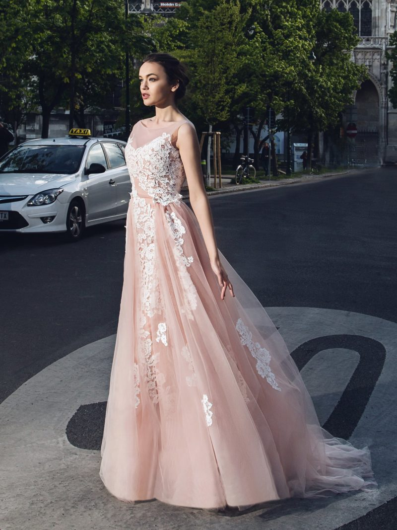Розовое свадебное платье с кружевной отделкой, открытой спинкой и шлейфом на юбке.