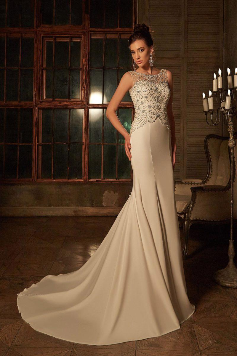 Облегающее свадебное платье с великолепной бисерной вышивкой по верху и длинным шлейфом.