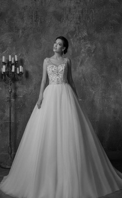 Торжественное свадебное платье пышного кроя с сияющим лифом и глубоким вырезом на спинке.